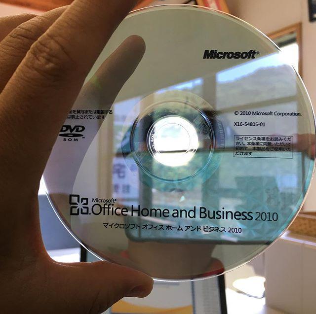 Office2010のDVDロムって半透明なんじゃね。向こう側が透けて見えるよ。初めて気づきました(*☻-☻*) #microsoft #office2010