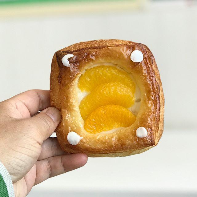 ある日の昼食。ハローズ因島店のイートインではっさくデニッシュ。#因島 #innoshima #はっさく #デニッシュ