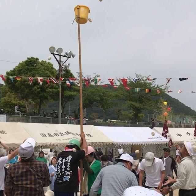 因島田熊町の町民運動会が旧田熊小学校でありました。動画は玉入れの様子です。