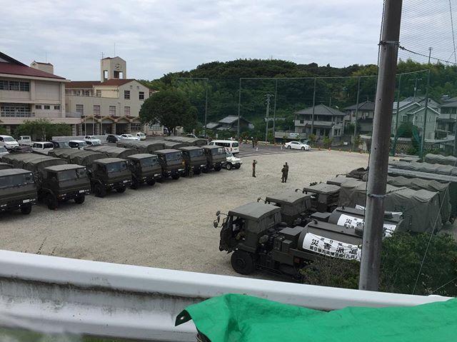 旧田熊中学校校庭にたくさんの自衛隊の入浴支援の車が来ています。#因島