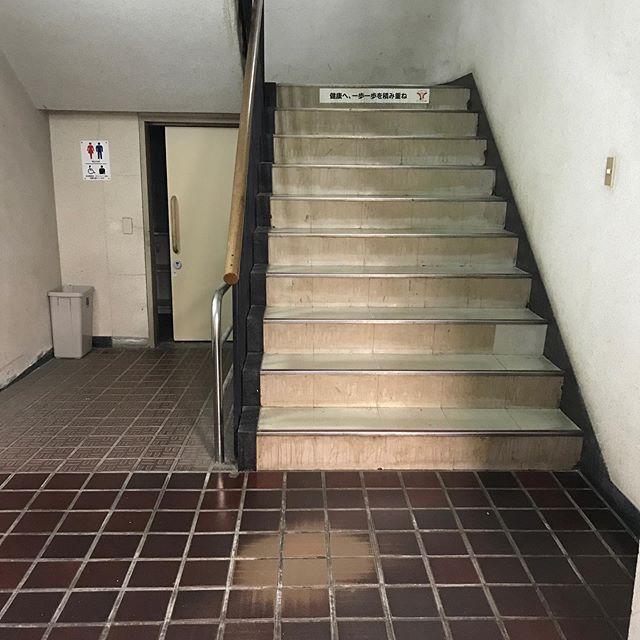 因島総合支所(旧因島市役所)の1階の階段の一番下の場所が色がとれて白くなっています。何十年分の足跡の積み重ね。向かい側の階段も同じように白くなっています。#因島 #因島市役所 #階段 #innoshima #因島総合支所