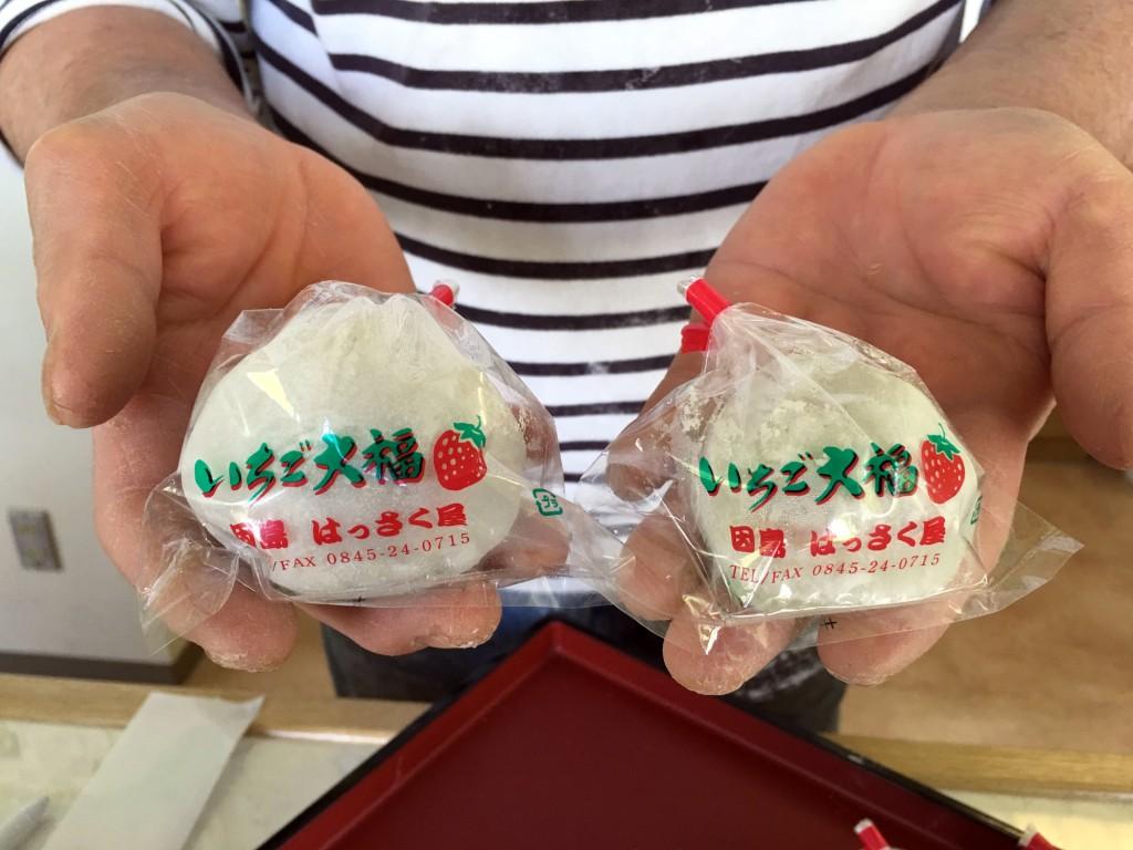 ジャンボいちご大福(左)と普通サイズのいちご大福(右)