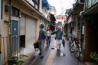 町内を案内してくれる香本さん
