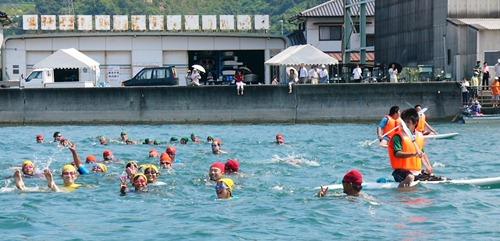瀬戸田から佐木島へ 小・中学生が遠泳 26人が初めての挑戦