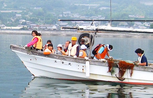 漁業体験で交流 瀬戸田・南小と尾道・原田小児童