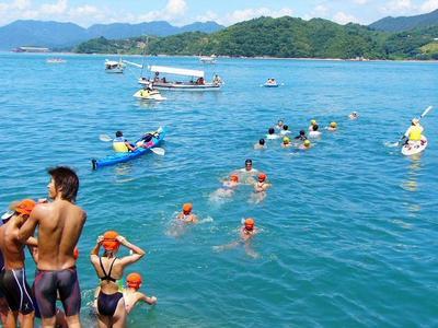 [8月13日] 瀬戸田から佐木島へ子どもたち百人完泳アジア大会メダリスト和気さん激励