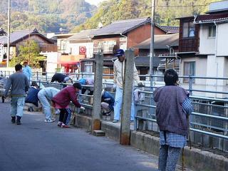 [11月19日] 中庄町入川下流 高潮対策で住民が護岸工事