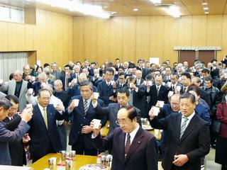 [1月 7日] 亀井静香互礼会に400人 小泉後みすえ政局に意欲