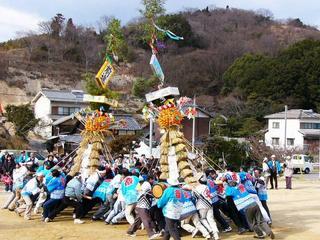 [2月 5日] 大浜神明祭り 4基の大とんど舞う 伝統絵巻の厄払い