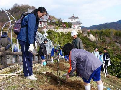 [2月11日] 因北中卒業記念植樹 スーパー松など80本 中学生と地域が一体