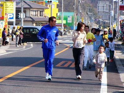 [3月11日] いんのしま健康マラソン 内冨選手(中電)といっしょ 家族連れら373人楽しむ