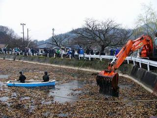 [3月18日] 自衛艦乗組員が奉仕活動 三庄町ため池で水草清掃 隊員と住民200人汗流す