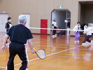 [4月 8日] 因島でミニテニス大会 指導者招き60人が交流