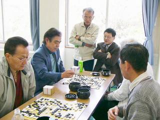 [4月29日] 因島碁ランティア 松下電器OB20人 交流対局楽しむ