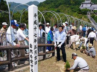 [6月 4日] 自然を愛する中庄の会 亀井静香代議士招きスーパー松を植樹