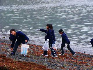 [2月26日] 三庄小5年生 環境学習で海辺を清掃