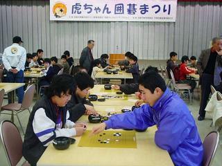 [4月 2日] 虎ちゃん囲碁まつり 少年少女80人が参加 市技のすその拡大めざす