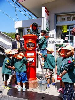 [4月24日] 郵政記念日イベント 園児がポスト感謝の清掃