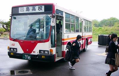 [5月 1日] 因島高校雨対策に朗報 生徒・保護者の願い叶い 通学バス玄関横づけ