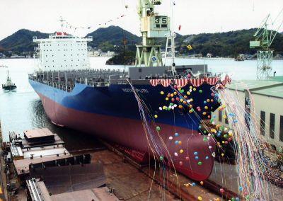 内海造船因島工場 コンテナ船進水