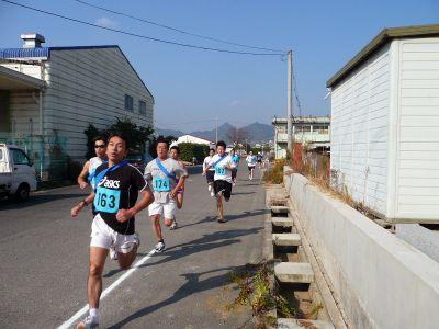 第61回因島フラワー駅伝 白バイ先導で晩秋路疾走 80チームが健脚競う