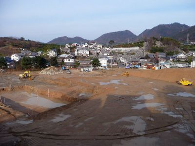 因南中学校建設のツチ音 用地造成、交差点の改良 22年度開校に向け工事が進む