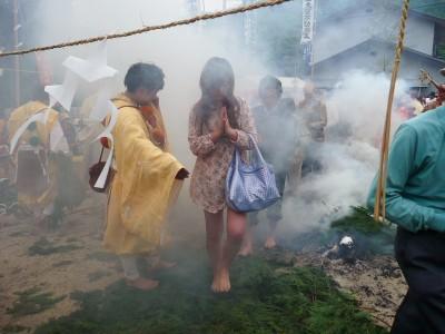 験乗宗総本山光明寺 全国から600人参詣 行者らが火渡りの儀式